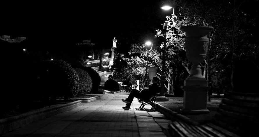 外国人と深夜の住宅街ですれ違うときの恐怖感は異常 怖いんじゃ!!